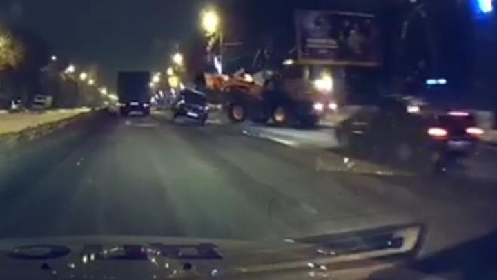 Видео момента ДТП: на Гагарина пьяный водитель «Рено» угодил под ковш снегоуборочной техники