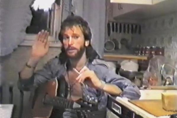 Игорь Тальков сидел у окна в распахнутой джинсовке.