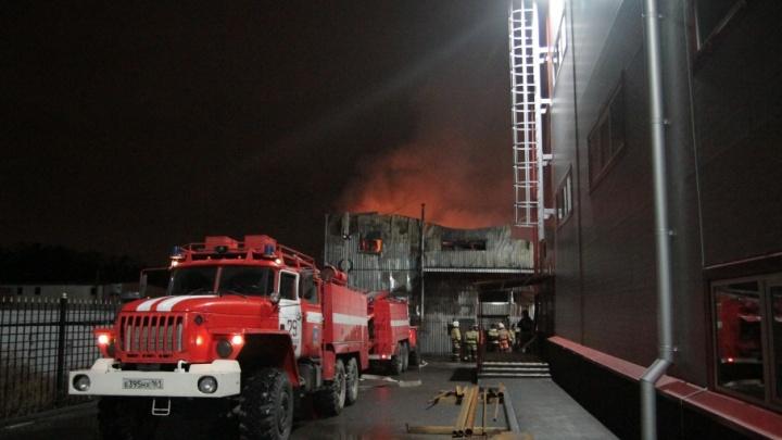 В Ростове прямо во время движения загорелся грузовой автомобиль
