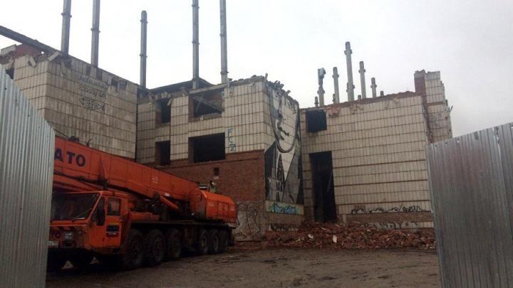 В Перми на треть снесли стену с портретом Есенина на долгострое на Куйбышева