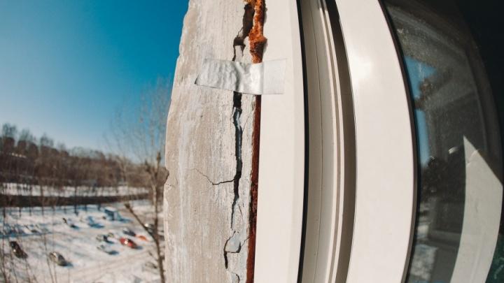 На стенах тюменской пятиэтажки, где неделю назад обрушились балконы, появились трещины