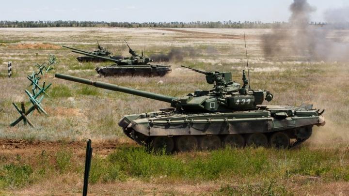 Под Волгоградом военные сдают экзамены по стрельбе и вождению танков