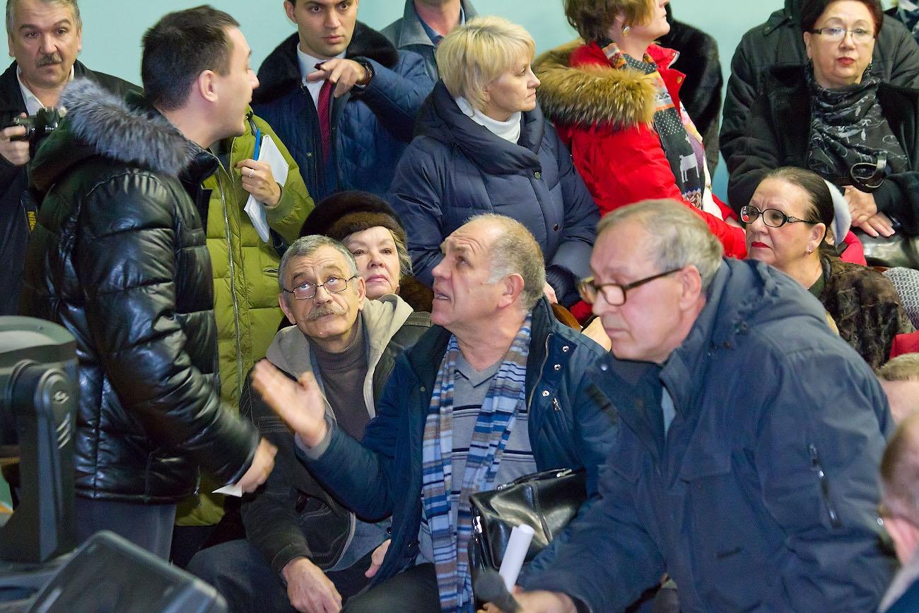 Молодой житель «Вишнёвой горки» (слева) оказался один против сотен дачников