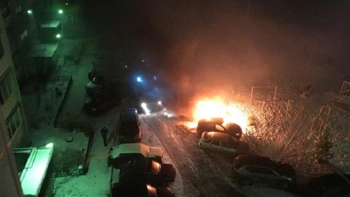 Полыхало красиво и страшно: ночью на северо-западе сгорела машина