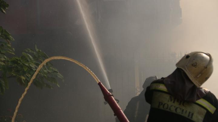 В Ростове на Привокзальной улице произошел крупный пожар
