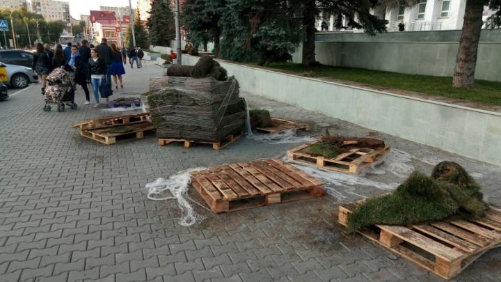 К приезду президента в центре Перми расстилают газон