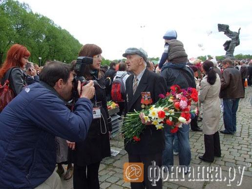 Американские журналисты берут интервью у ветерана