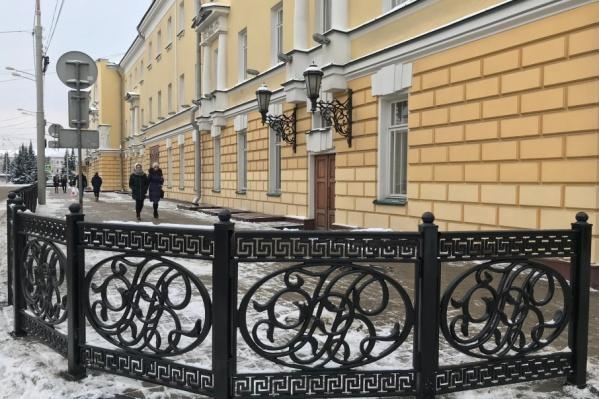 Вензеля на заборе — инициалы основателя театра Федора Волкова