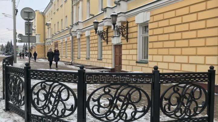 У Волковского театра восстановили историческую ограду с инициалами его основателя