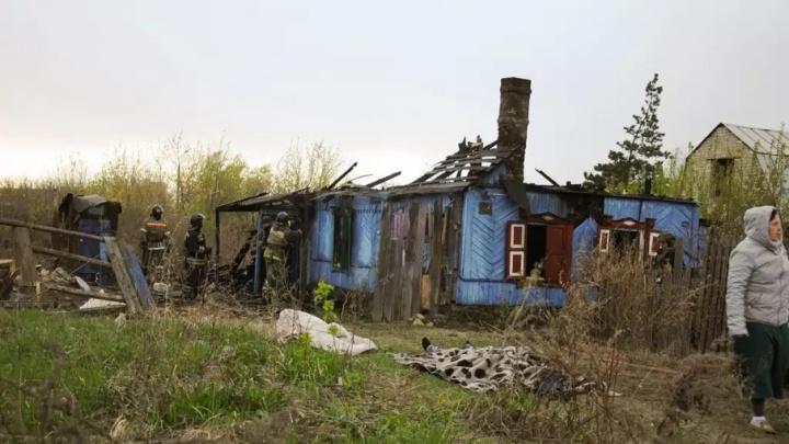 На пожаре в частном доме в Челябинске погибли трое мужчин