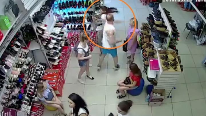 В торговом центре Волжского мужчина нокаутировал молодую продавщицу