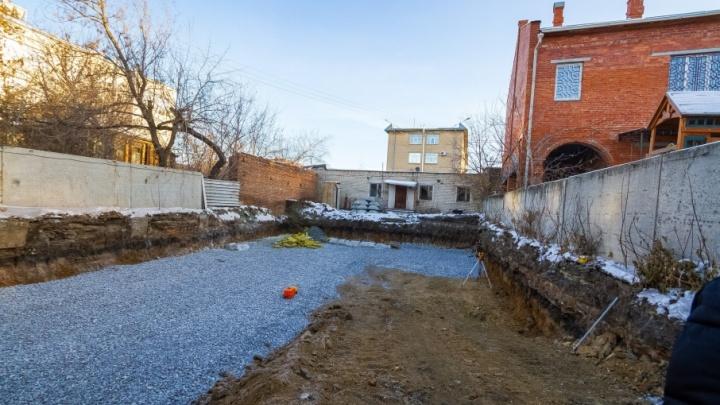 Офисы и художественная мастерская: в историческом центре Челябинска начали стройку