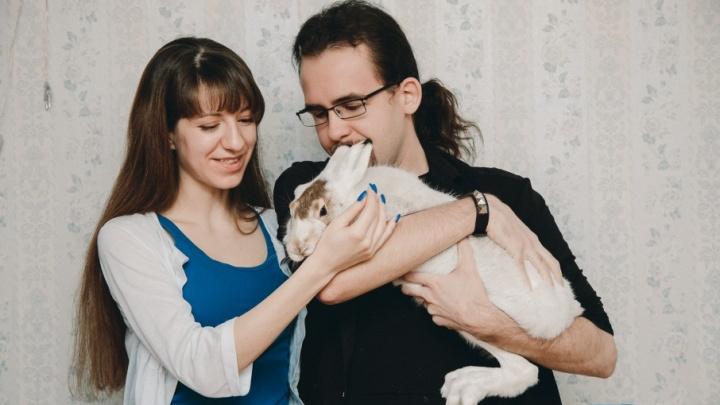 Дикая зайчиха живет в квартире у тюменцев: почему ей нельзя капусту и как она уживается с кошкой