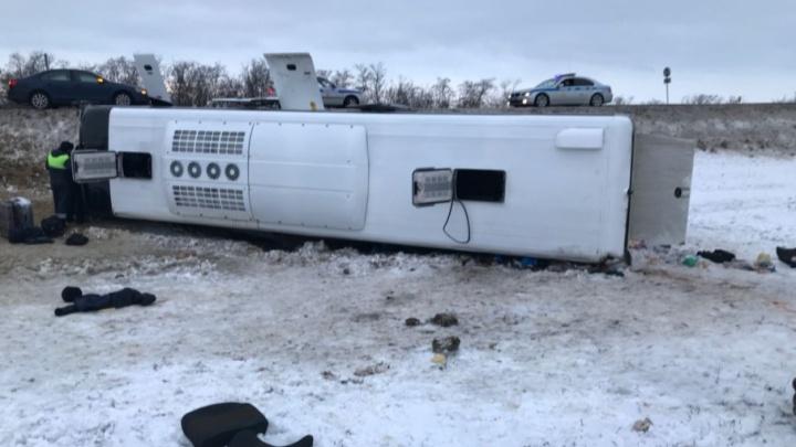 В перевернувшемся автобусе ранено десять волгоградцев: список пострадавших