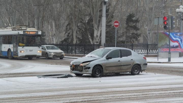 Неубранные после снегопада дороги Волгограда собирают урожай ДТП