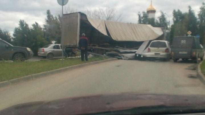 «Кузов не выдержал»: в Шаголе из фуры вывалилось железо, придавив автомобиль Toyota