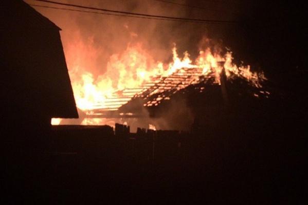 По сообщениям очевидцев, это второй за неделю дом, сгоревший в частном секторе Червишевского тракта