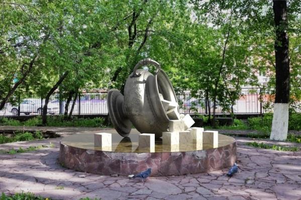 Скульптура символизирует конец «сладкой жизни» династии Грибушиных