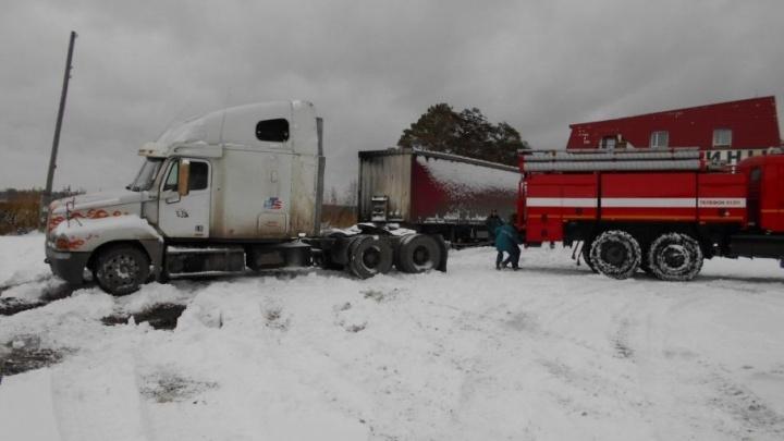 Тюменские спасатели помогают дальнобойщикам выбираться из снежного плена на трассах