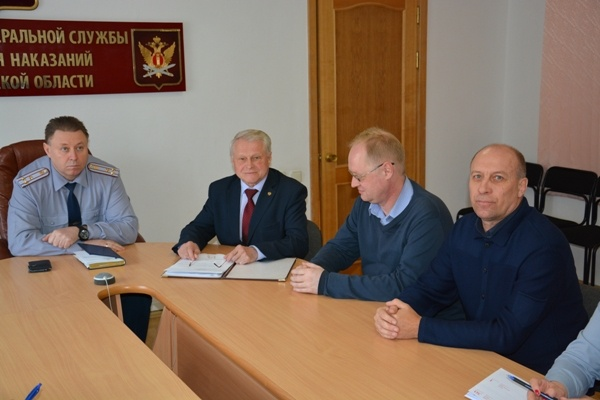 Александр Бушмакин (второй слева) говорит, что условия в зауральских колониях достойные
