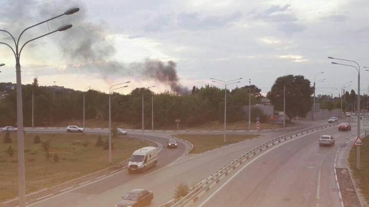 Три неэксплуатируемых вагона горят в районе Сиверса на территории ремонтного депо