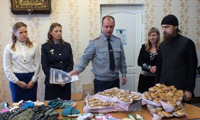 Заключённые связали стержнями от ручек носки и варежки на новогодние подарки