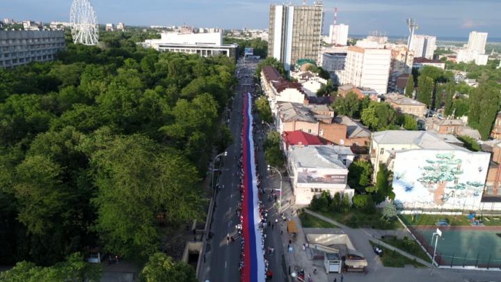 Самый большой флаг в стране развернули в центре Ростова