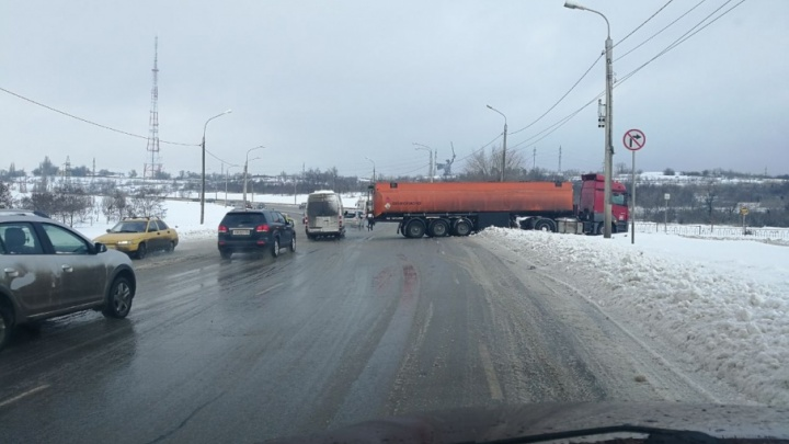 В Волгограде застрявший в снегу бензовоз перекрыл Вторую Продольную