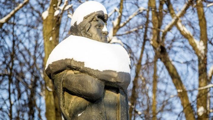 Модный монумент: известные мужчины Ярославля показали новые образы зимы