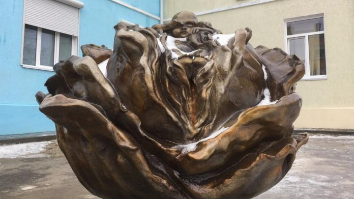 «Лучше считать капусту эротичной, чем быть безразличным»: автор скульптуры возле роддома № 7 рассказал о ее создании