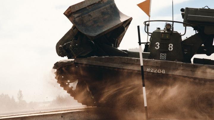 Тяжелая военная техника, взмывающая в воздух, и плавающие железные гиганты: фоторепортаж с «АрМИ-2017»