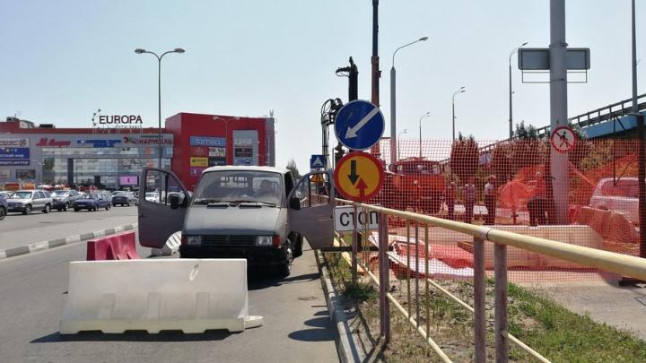 В центре Волгограда параллельно мосту через Волгу тянут канализационную трубу