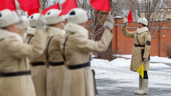 Офицеры с косами: в Волгограде ко 2 февраля подготовили взвод девушек-регулировщиц