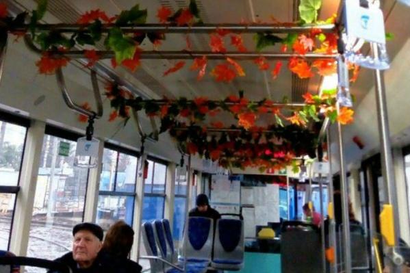 «Осенний» трамвай курсирует по маршруту №10