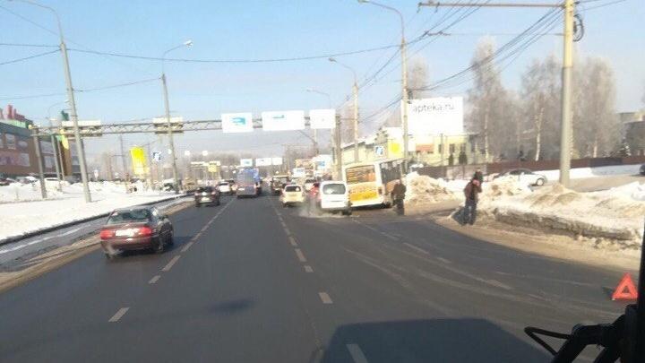 В Брагино маршрутка с пассажирами соскользнула с дороги в сугроб