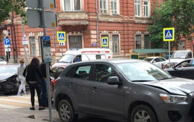 Девушка устроила аварию с пятью машинами в центре Ростова
