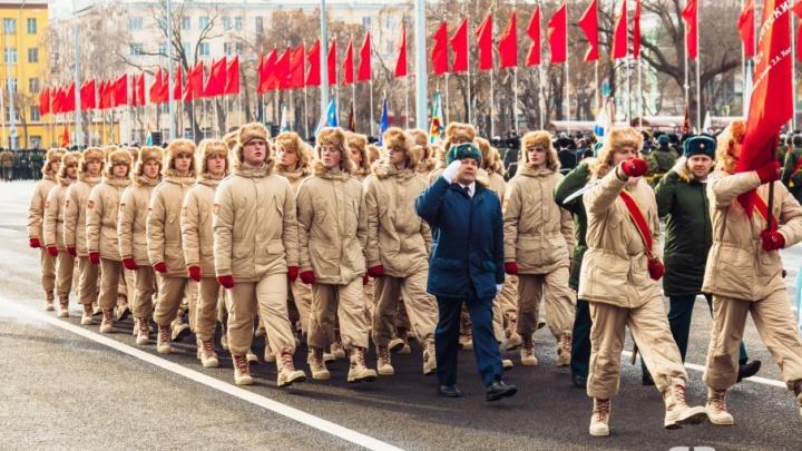 Война и немцы, неистовый Лановой и молодежь на марше: лучшие моменты парада Памяти