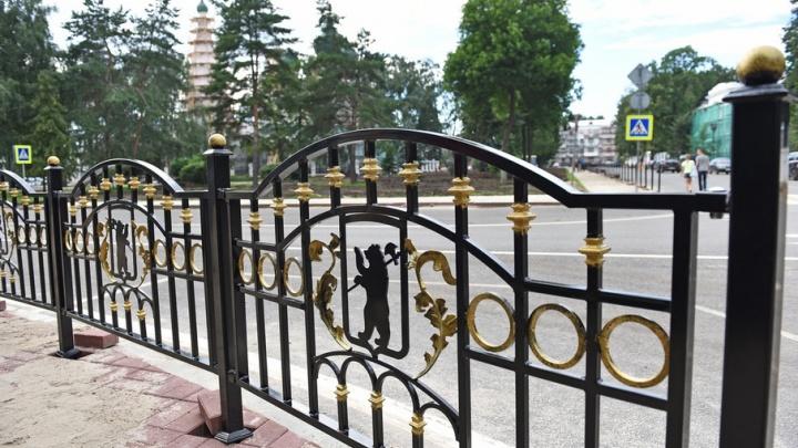 На Советской площади появились новые золотые ограждения