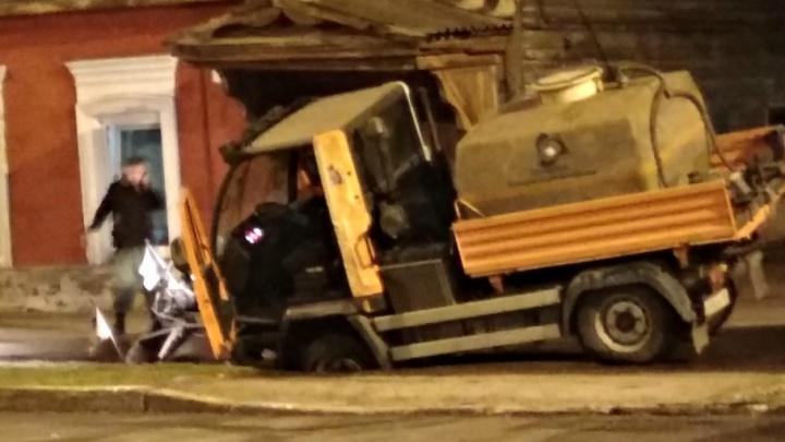 В Самаре уборочная машина провалилась в яму на улице Ленинградской