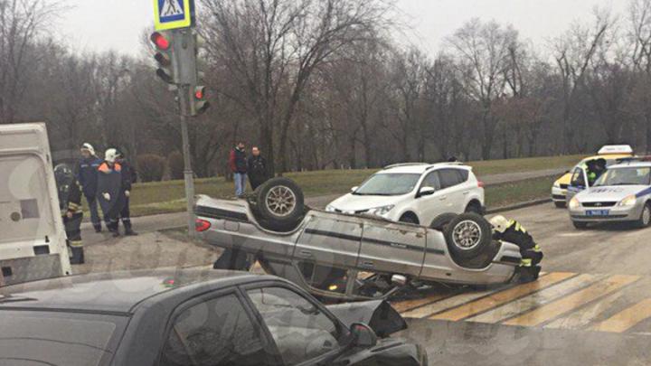 В Ростове «Хендай-Акцент» врезался в «Волгу», перевернув ее на крышу
