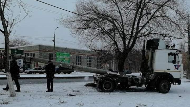 На южном въезде в Волгоград тягач выдрал с корнем световую опору