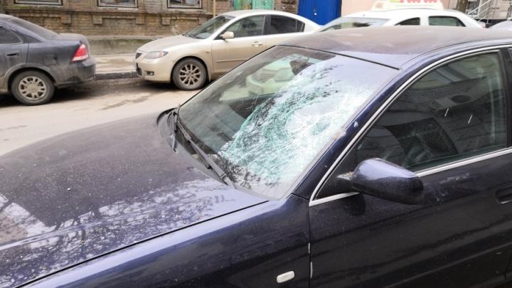 В центре Ростова осыпавшаяся со здания лепнина разбила машину