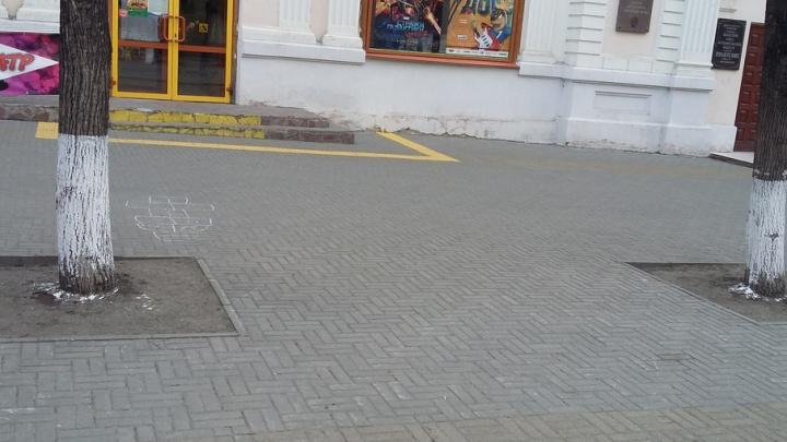 «Всё равно, что в деревне»: челябинцев возмутила побелка деревьев на Кировке