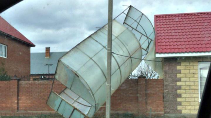 В Тольятти из-за штормового ветра парник перелетел через забор