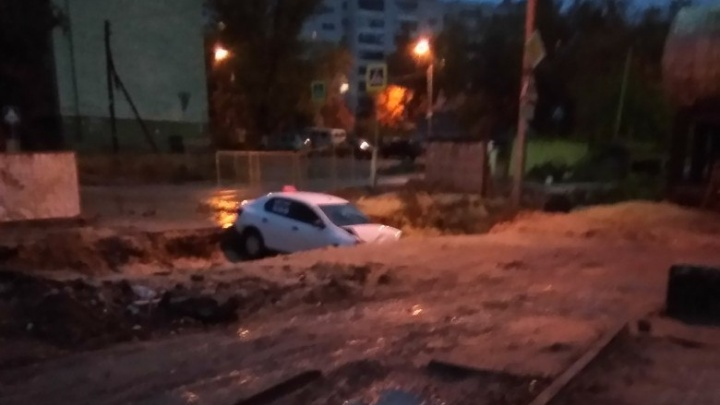 В коммунальной траншее Кировского района Волгограда «уснул» еще один автомобиль