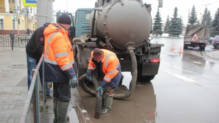 Метод пылесоса: воду из луж в центре Ярославля откачивают в бочки