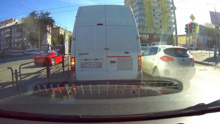 Ferrari, проскочивший на красный по рельсам в центре Челябинска, сняли на видео