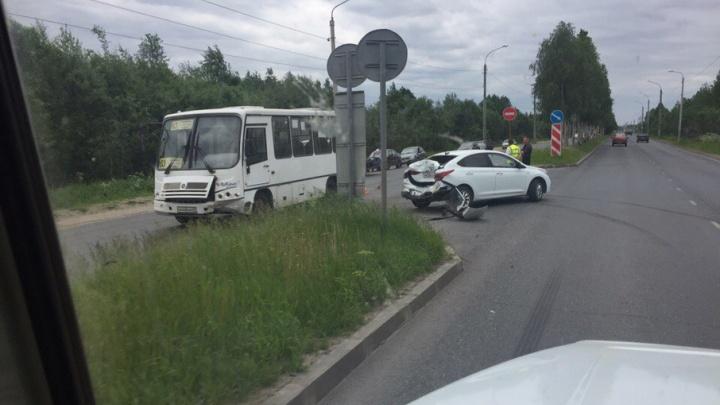 Авария с участием пассажирского автобуса произошла в Архангельске