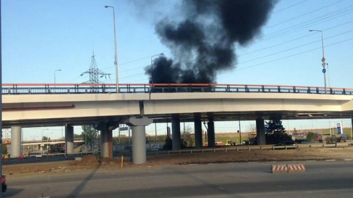 На мосту у «Мегамага» во время укладки асфальта загорелся битум