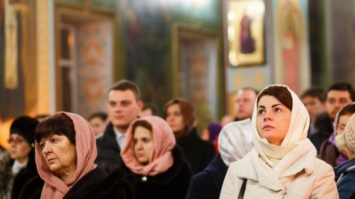 Почти 100 волгоградцев отметили Новый год молитвой и детскими песнями